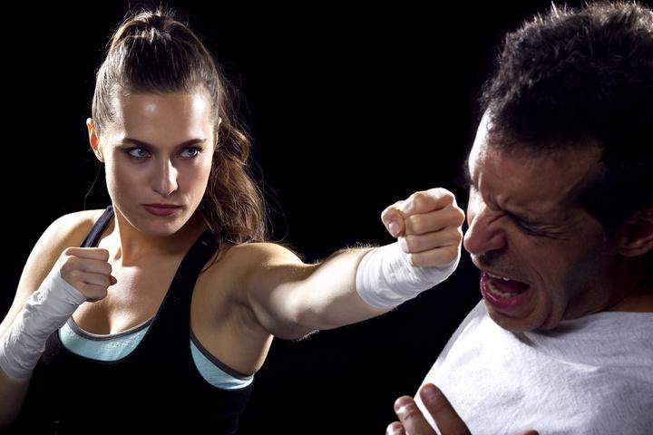 Frau boxt