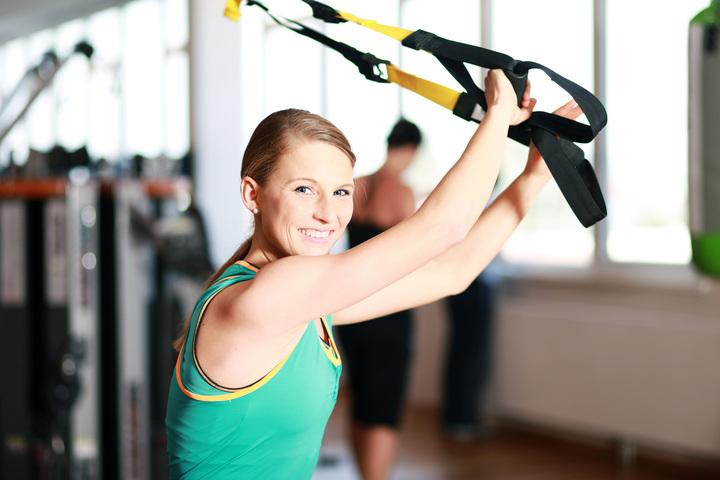 Frau treibt sport mit TRX